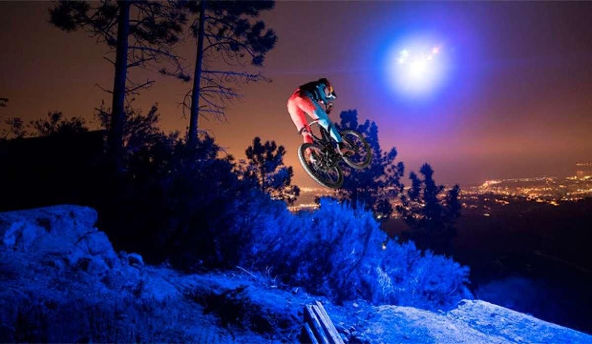 Espectacular ruta nocturna con Loïc Bruni y un dron iluminando el camino a seguir