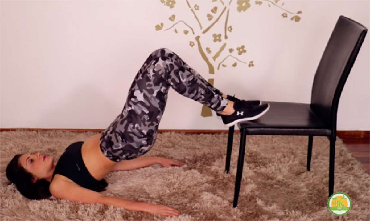 Sin excusas: una rutina para entrenar glúteos y piernas con una simple silla