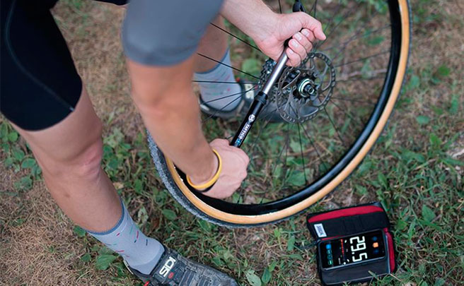 Silca Tattico, una bomba de aire con Bluetooth para transformar el móvil en un manómetro digital