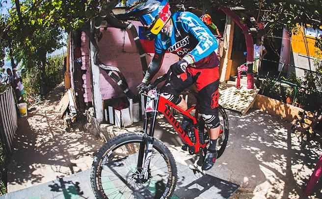 El descenso de Tomas Slavik en el Red Bull Valparaíso Cerro Abajo 2017, desde cuatro puntos de vista