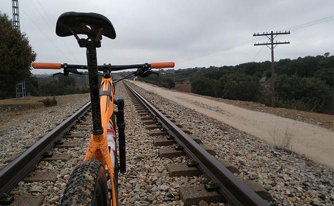 La foto del día en TodoMountainBike: 'En las vías del tren'
