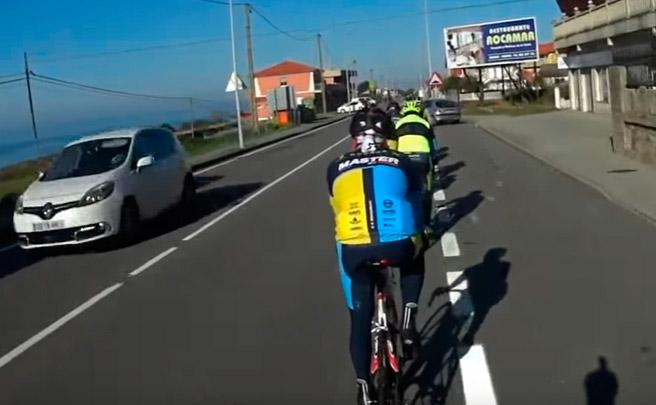 Hace un cambio de sentido, provoca la caída de un ciclista, le pega una calada al cigarro y se da a la fuga