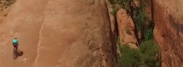 Vittorio Brumotti ascendiendo en bicicleta la Lion's Back de Moab, con rampas del 65% de pendiente