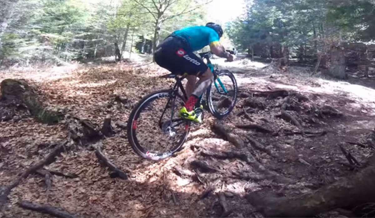 ¿Coronar una ruta de montaña sobre una bicicleta de carretera? Vittorio Brumotti lo hace así