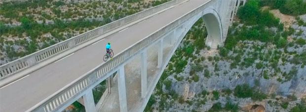 Desafiando a la muerte: Vittorio Brumotti rodando sobre el puente de Artuby