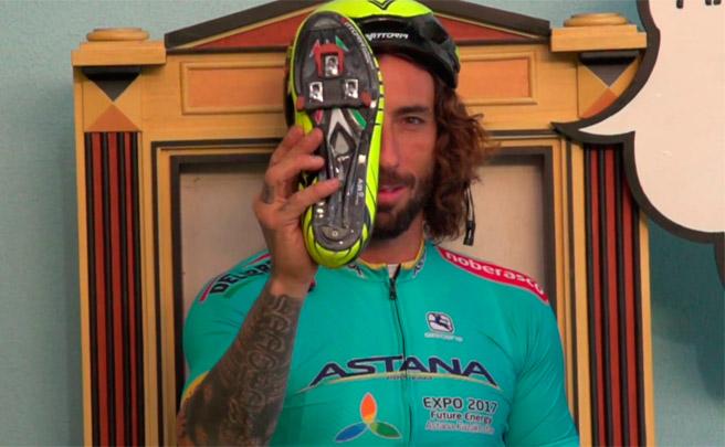 Vittorio Brumotti presumiendo de técnica con pedales automáticos sobre una bici de carretera