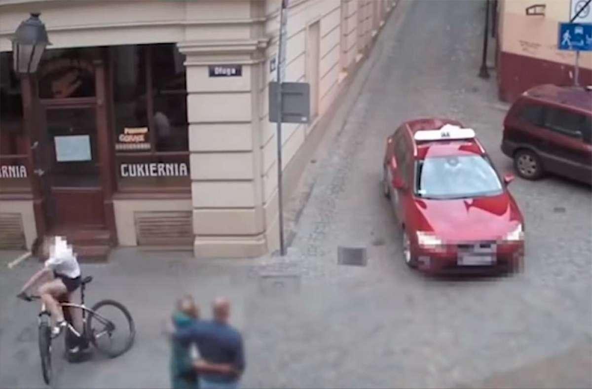 Un ciclista esquiva un taxi, y termina estampándose contra una farola (y sin casco)