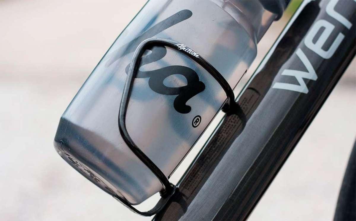 Para ciclistas obsesionados con la ligereza: Alpitude Superleggero, un portabidón de solo 9.5 gramos