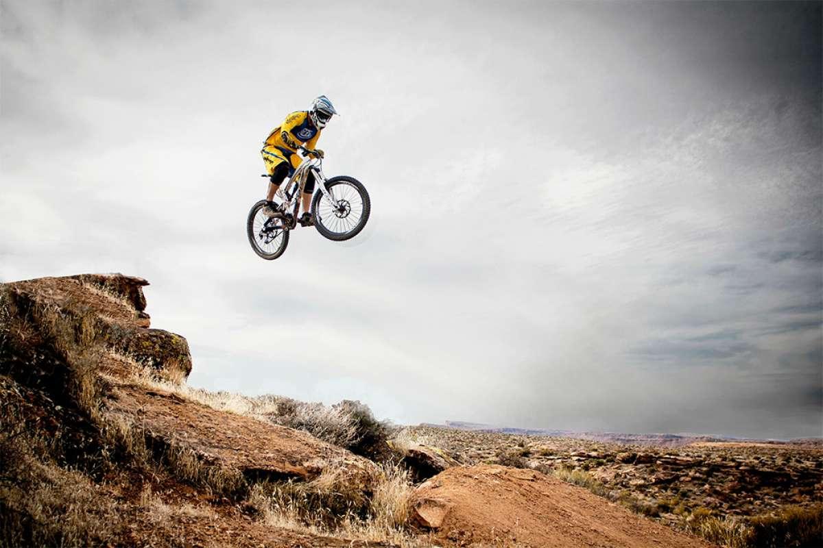 ¿Cómo afecta la altura del eje de pedalier al comportamiento de una bicicleta?