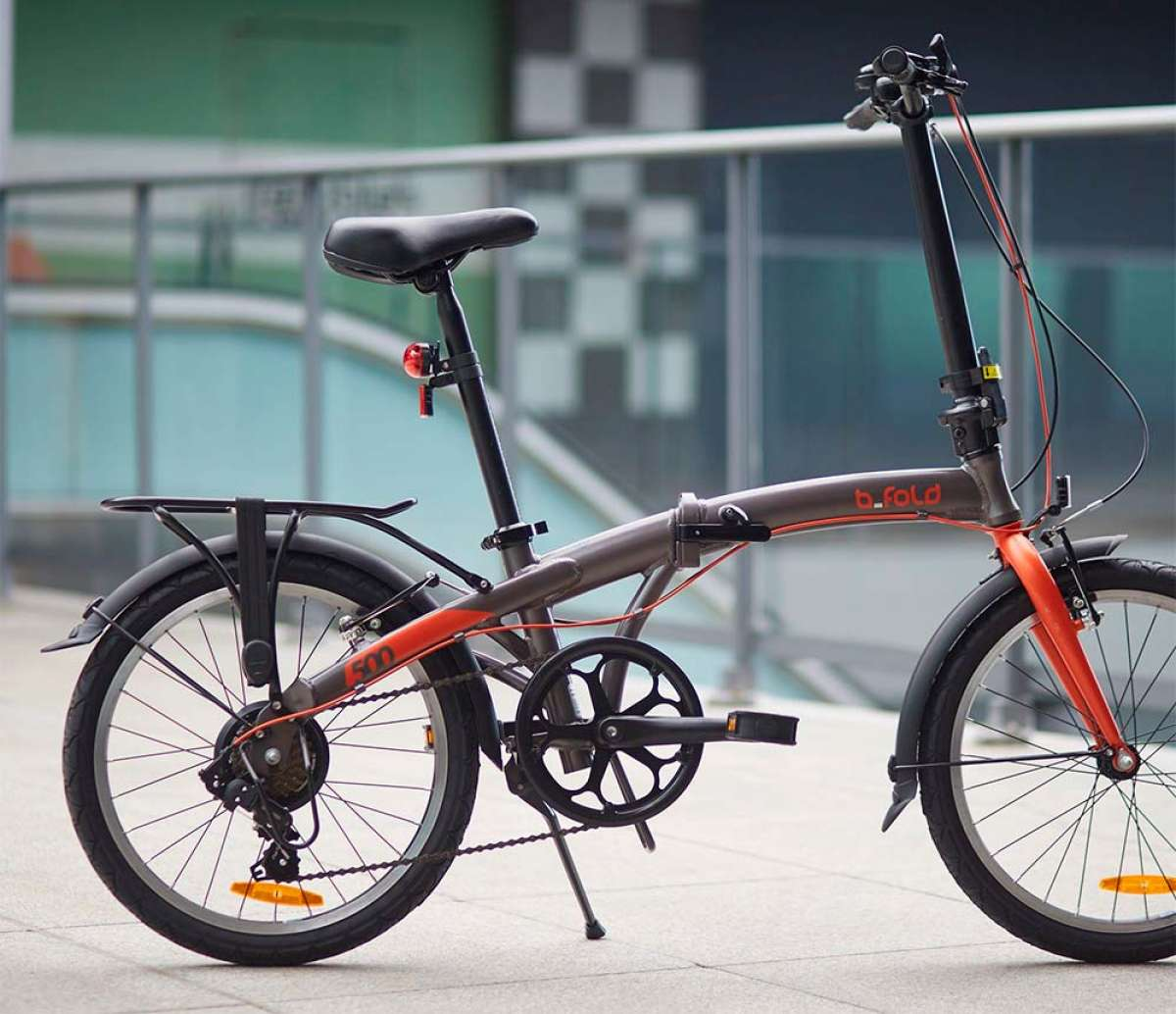 Decathlon retira del mercado dos de sus bicicletas plegables más vendidas por un fallo en la bisagra del cuadro