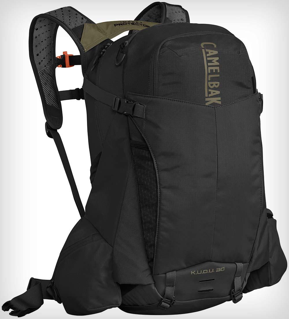 CamelBak K.U.D.U. Trans Alp, una mochila de 30 litros con protección integrada para conquistar grandes travesías