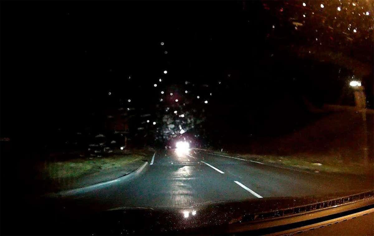 ¿Qué ve un conductor cuando un ciclista circula sin luces ni reflectantes de ningún tipo? Nada
