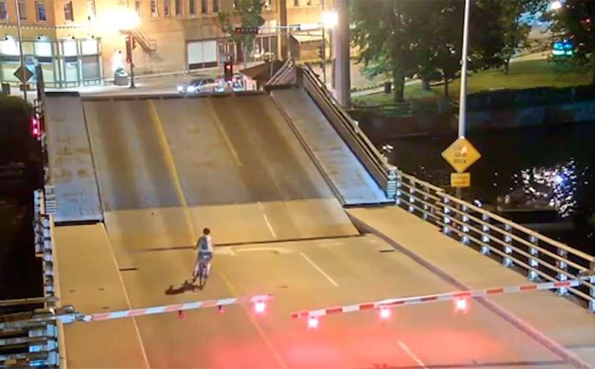 Una ciclista se salta la barrera de un puente levadizo y casi muere aplastada