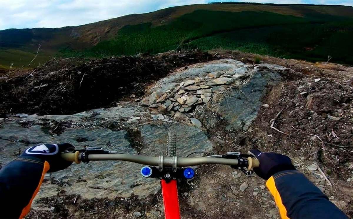 Dan Atherton rodando en Gales con su bicicleta y una GoPro Hero 7 Black