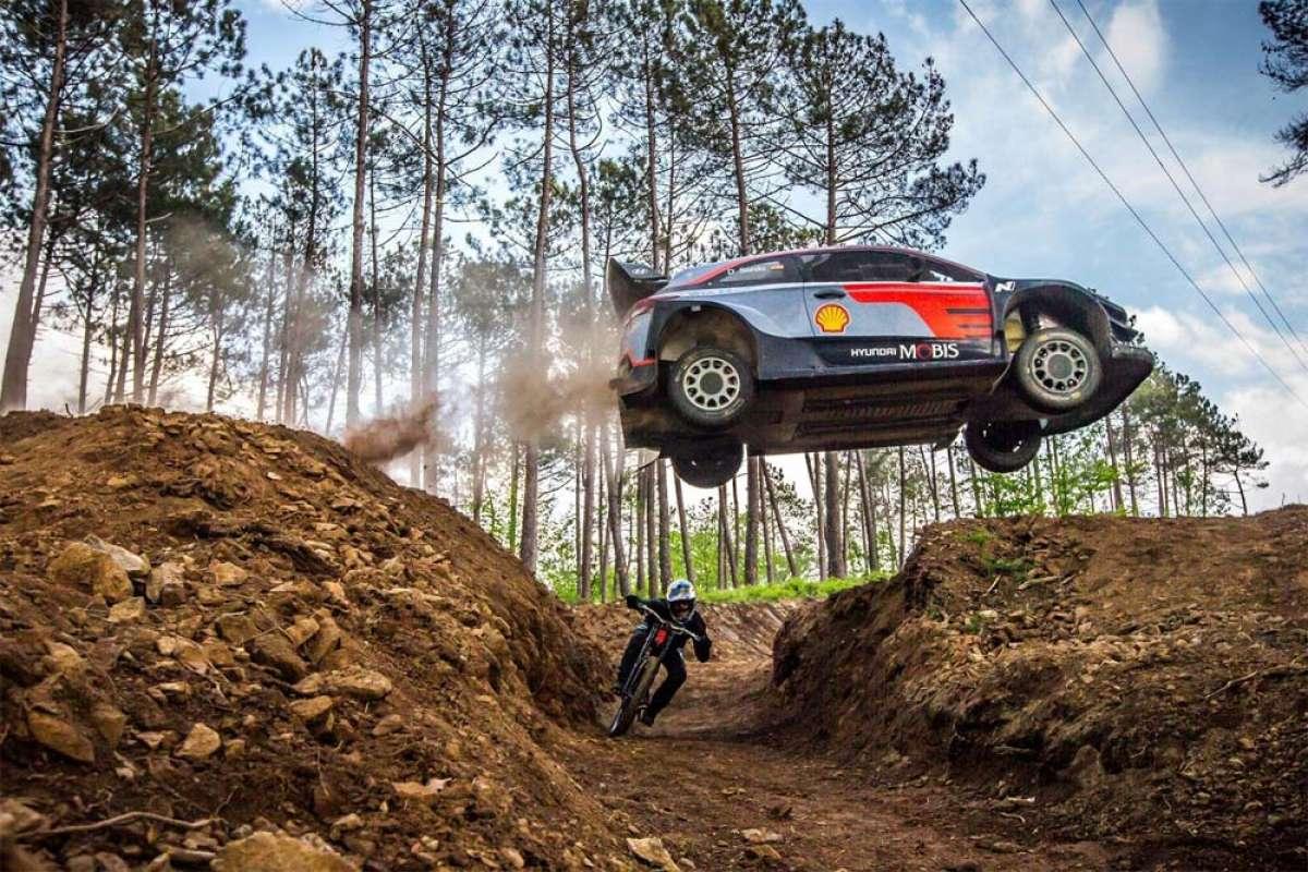 Dani Sordo con un coche de rally o Andreu Lacondeguy con una bici de DH: ¿quién es más rápido?