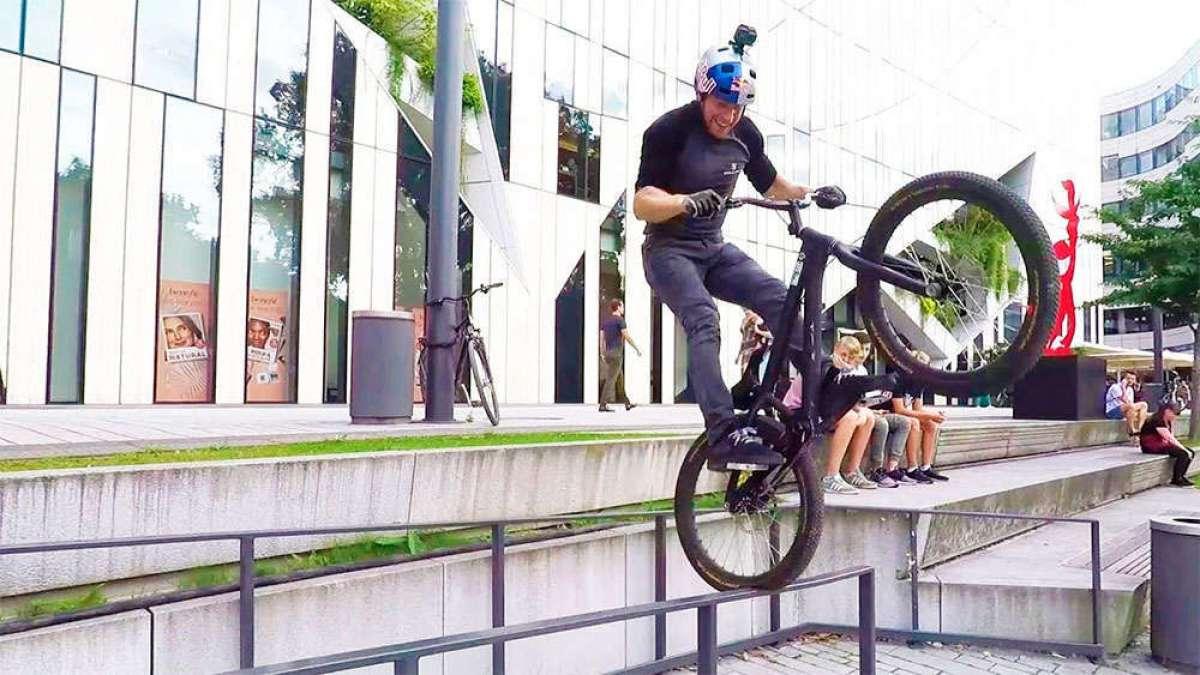 Espectacular sesión de Bike Trial con Danny MacAskill por las calles de Düsseldorf (Alemania)