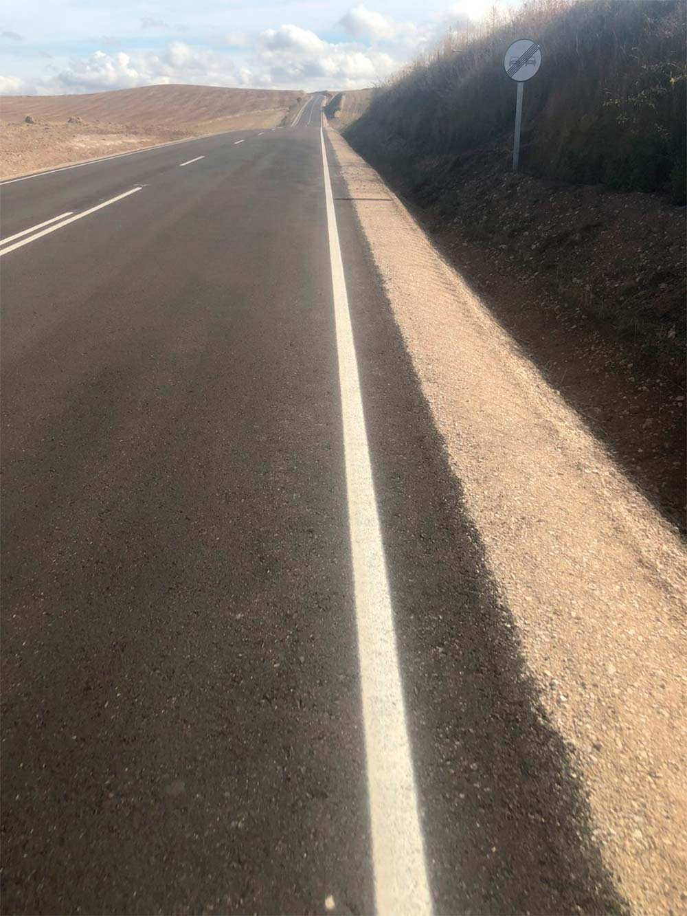 Carlos Barbero (Movistar Team) desata la indignación de los ciclistas tras publicar la foto de una carretera recién asfaltada