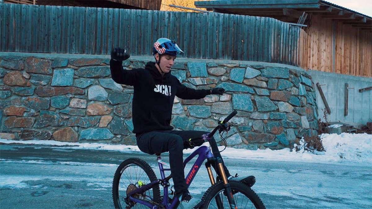 En TodoMountainBike: Diez 'sencillos' trucos sobre una bicicleta de montaña con Fabio Wibmer