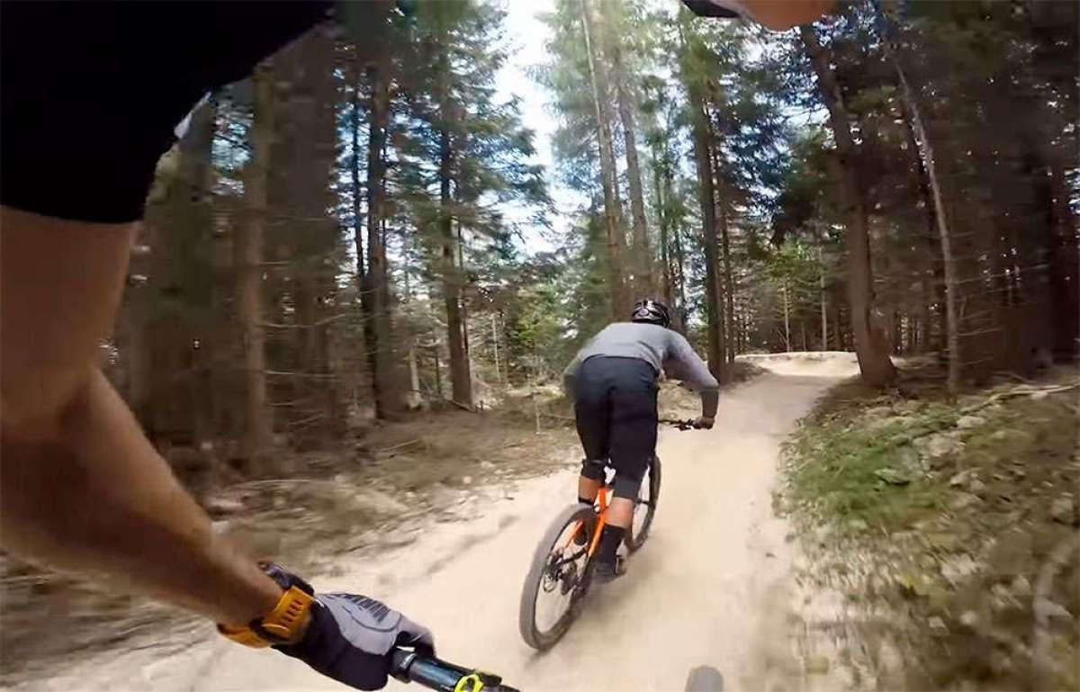 Rodando por Flow Country Trail, una pista para bicicletas de montaña de más de 11 kilómetros de diversión