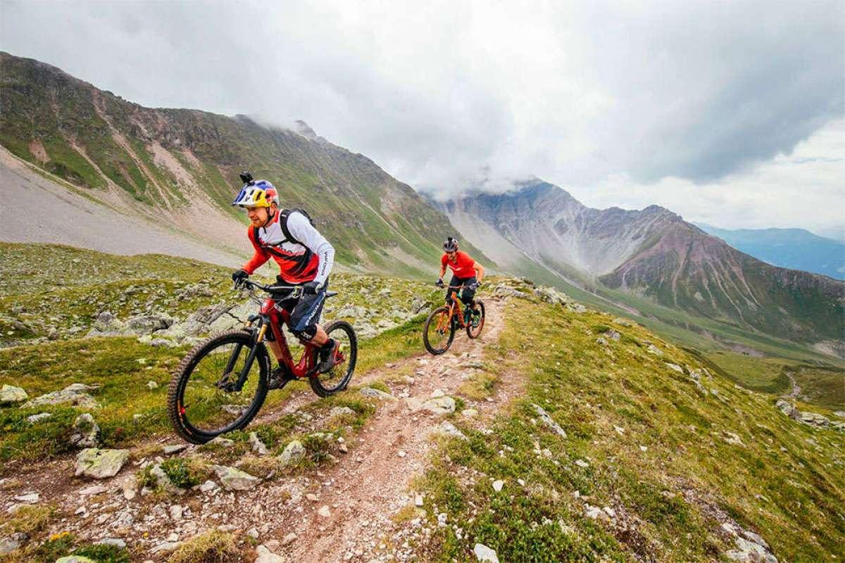 Danny MacAskill y Claudio Caluori rodando por el cantón de los Grisones (Suiza)