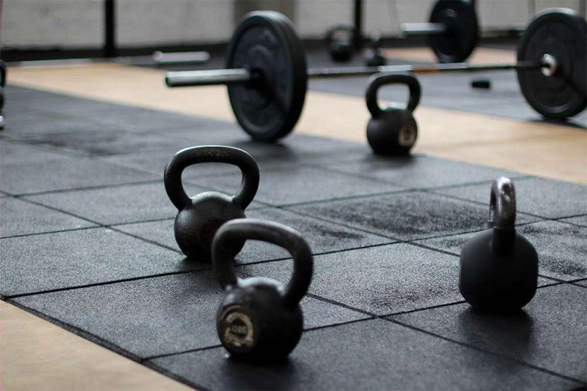 Levantar pesas puede ser igual de saludable que montar en bicicleta, según la ciencia
