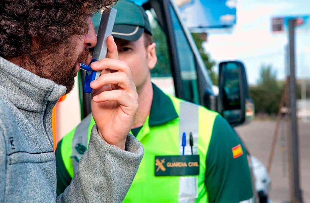 La Guardia Civil de Tráfico detecta más de 300 conductores al día con positivo en alcohol y drogas