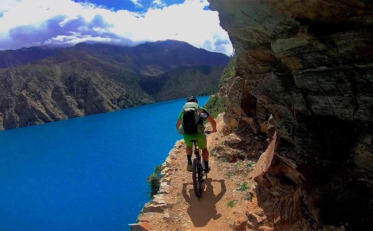 Mountain Bike (al borde del abismo) por los alrededores del lago Phoksundo, en Nepal