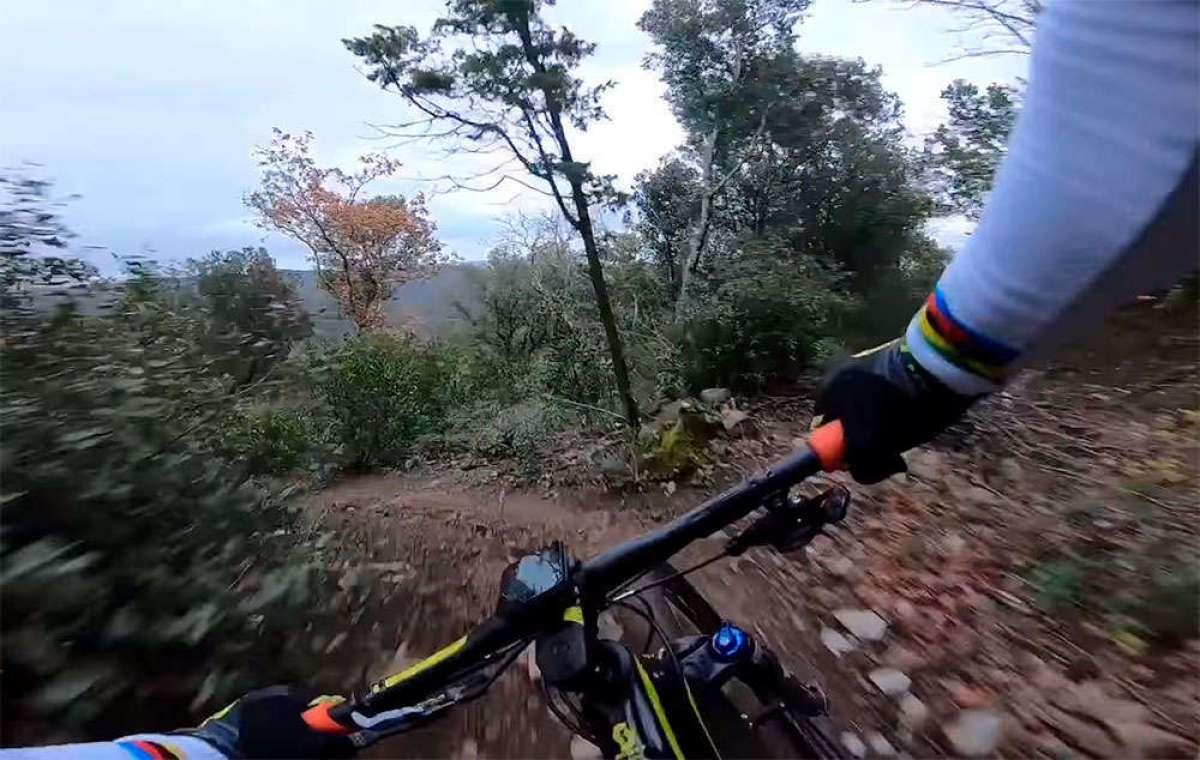 Así rueda Nino Schurter por uno de sus senderos preferidos en la Toscana