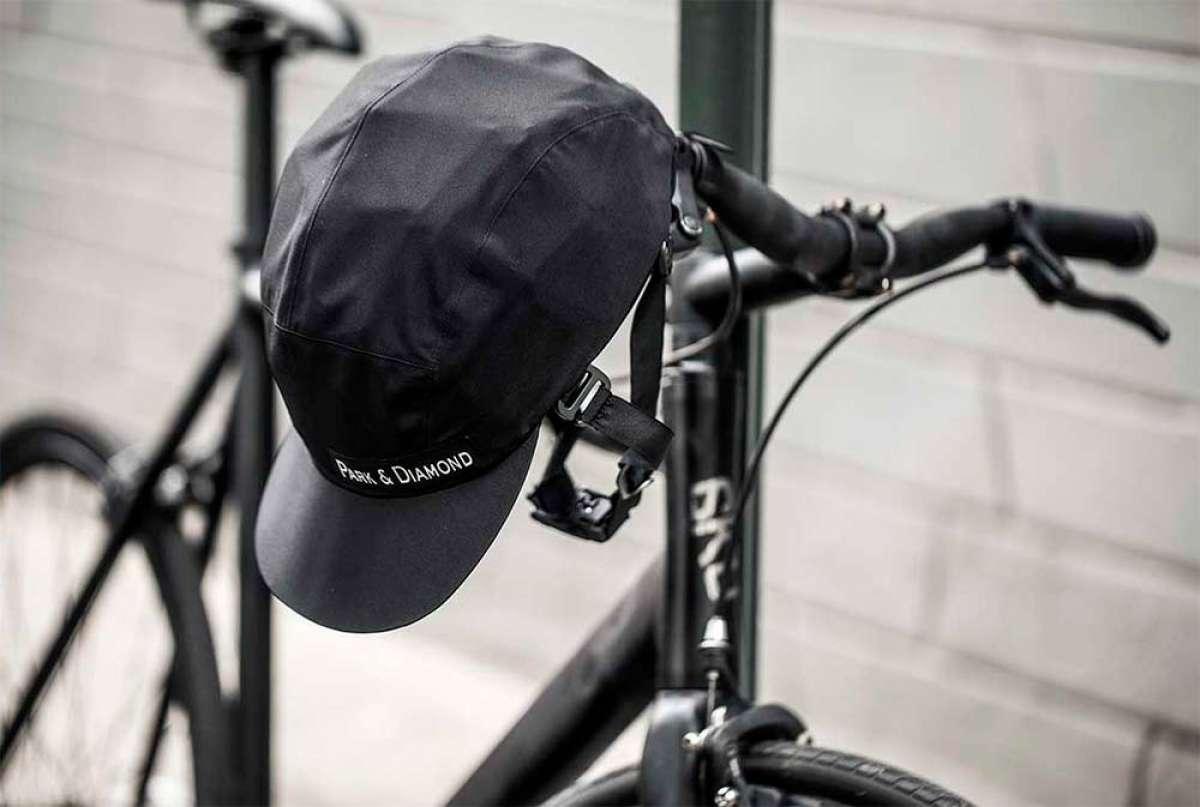 Park & Diamond, un casco para ciclistas con diseño plegable y apariencia de gorra deportiva