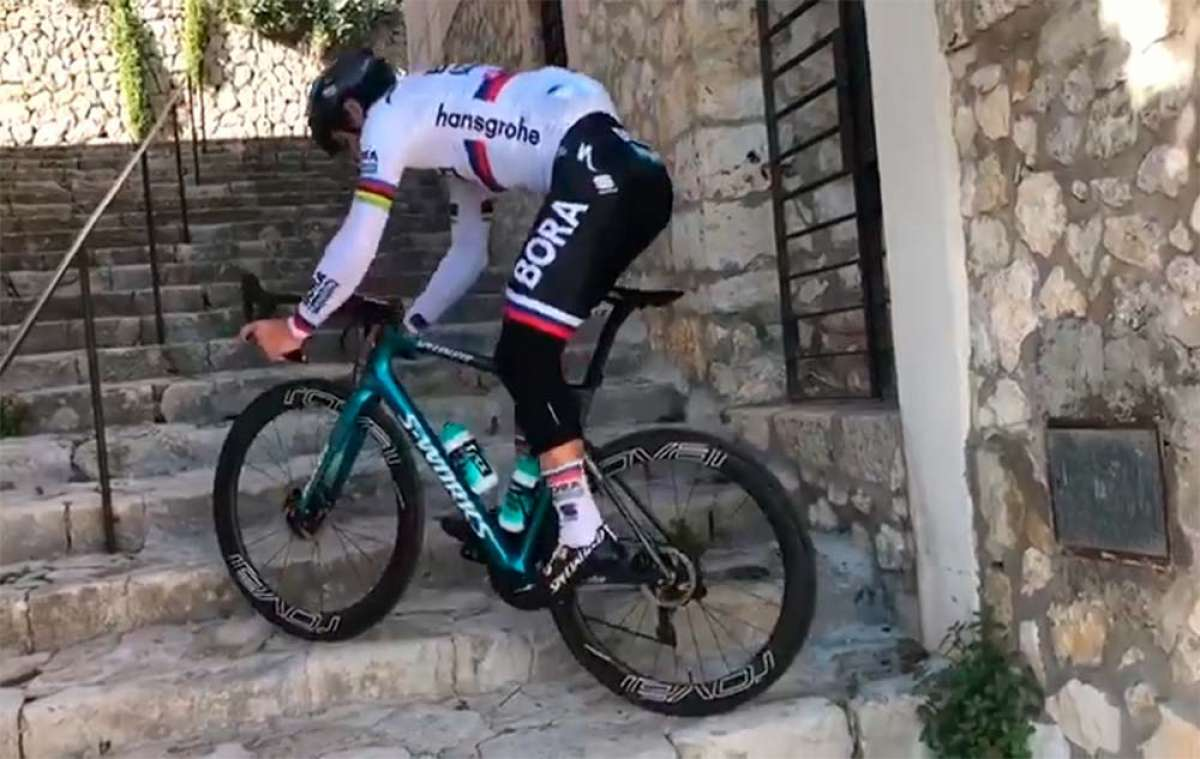 Peter Sagan se divierte en Mallorca subiendo escaleras con su bicicleta