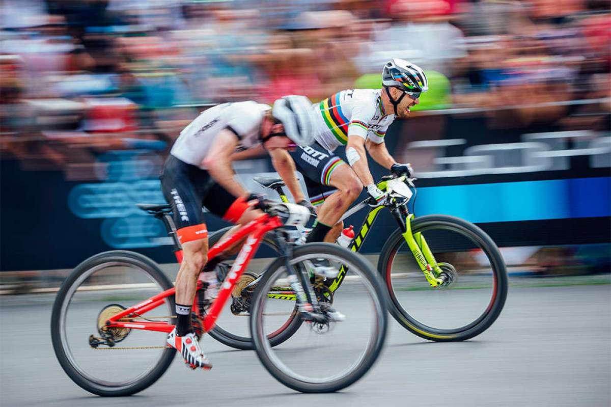 """La """"Photo Finish"""" del ajustado sprint entre Nino Schurter y Anton Cooper en la Copa del Mundo XCO 2018 de Nové Město"""