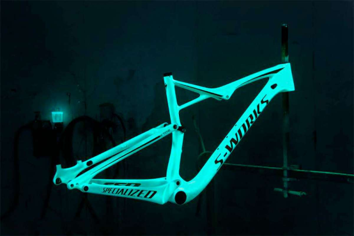 Así de espectacular queda una Specialized S-Works Epic con pintura fosforescente que brilla en la oscuridad