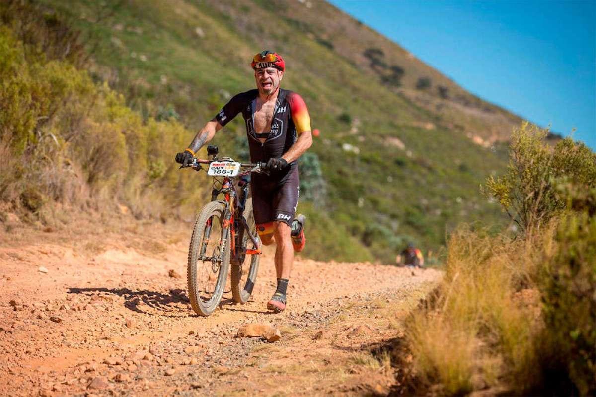 El prólogo más épico de la Absa Cape Epic 2018: Valentí Sanjuan empujando su bicicleta durante 17 kilómetros