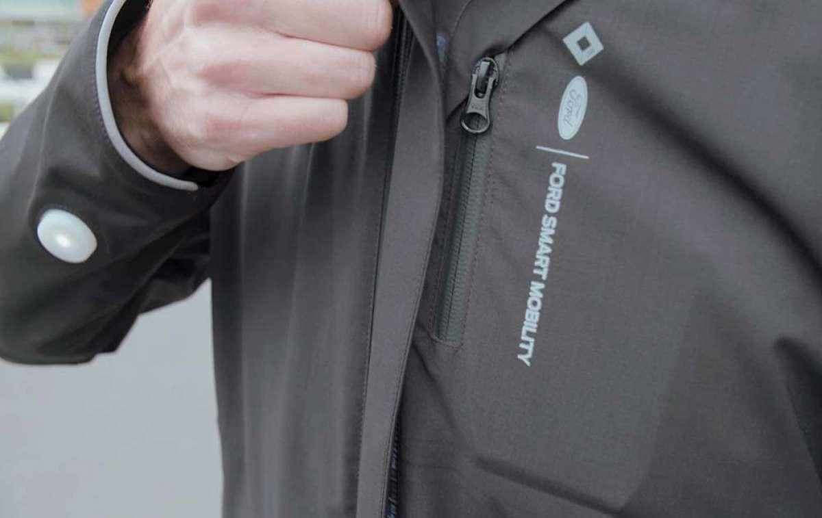 Ford desarrolla un concepto de chaqueta inteligente que indica a los ciclistas cuándo girar y avisa al resto de conductores