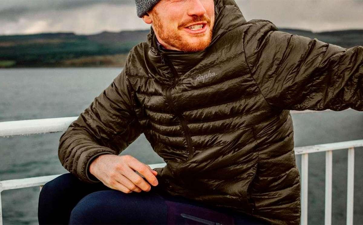 Rapha presenta una chaqueta combinable con un saco de dormir para los ciclistas más aventureros