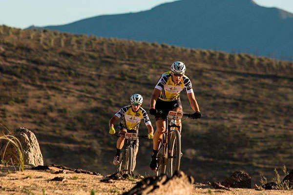 Doblete para los equipos Investec Songo Specialized en la quinta etapa (contrarreloj) de la Absa Cape Epic 2018