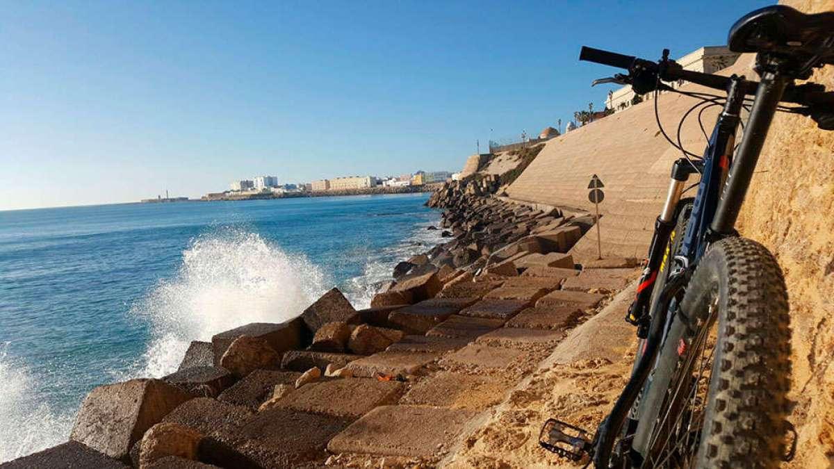 """La foto del día en TodoMountainBike: """"Rompeolas (Cádiz)"""""""
