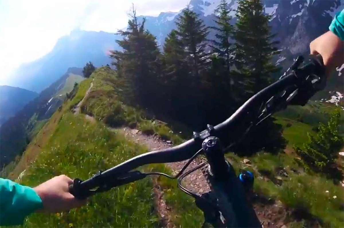 Rodando a toda velocidad por un sendero de Champéry (Suiza) con Julien Fournier y su Scott Genius 700 Tuned