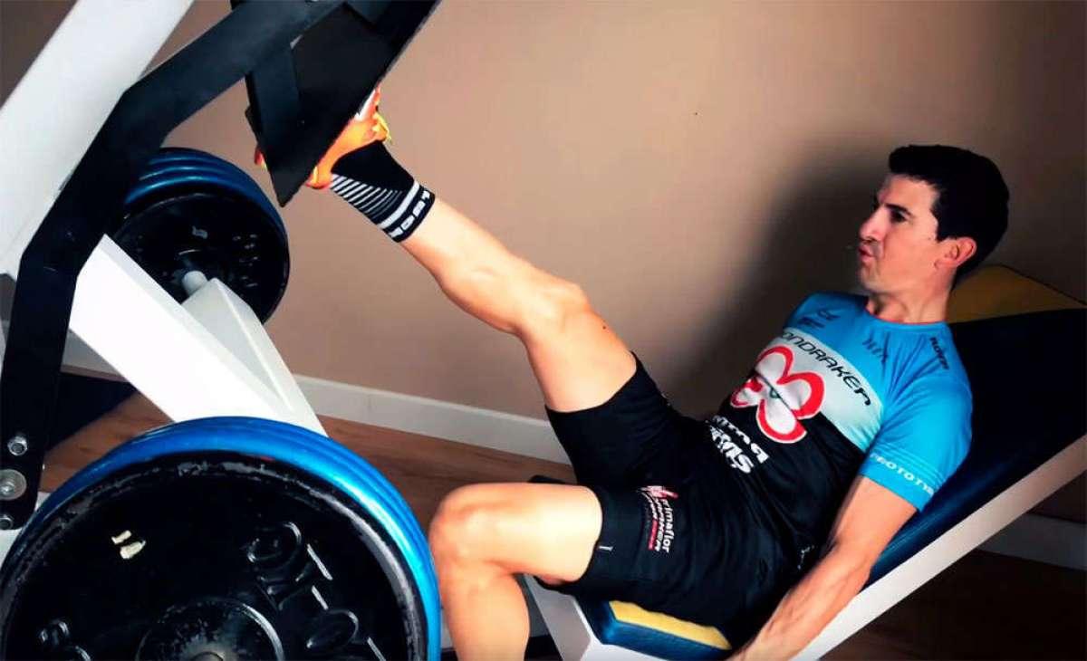Sesión de ejercicios de gimnasio adaptados a ciclistas con Carlos Coloma y compañía