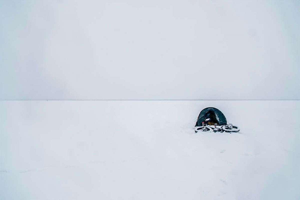 """""""The Frozen Road"""", la aventura de cruzar sobre una bicicleta el Ártico canadiense en invierno"""