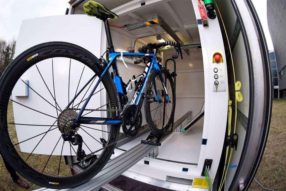 Así son las unidades de rayos X móviles de la UCI para luchar contra el dopaje tecnológico en el ciclismo