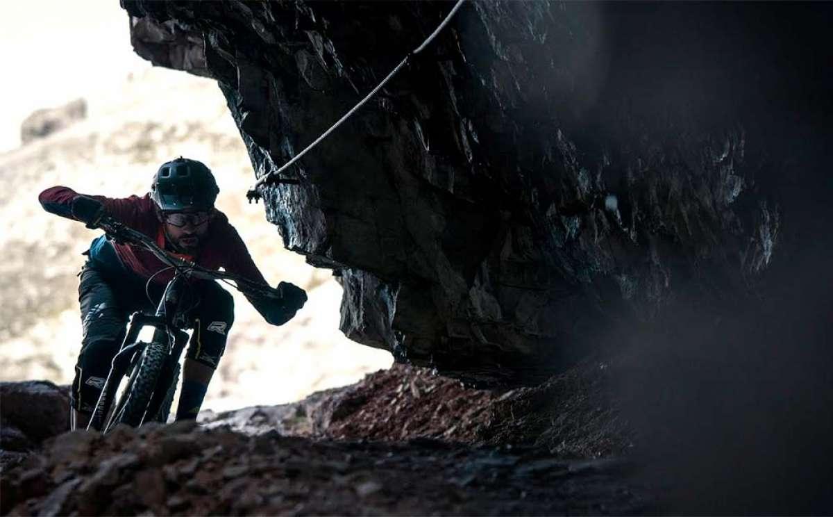 Kilian Bron en los Dolomitas haciendo una vía ferrata con su bicicleta de montaña