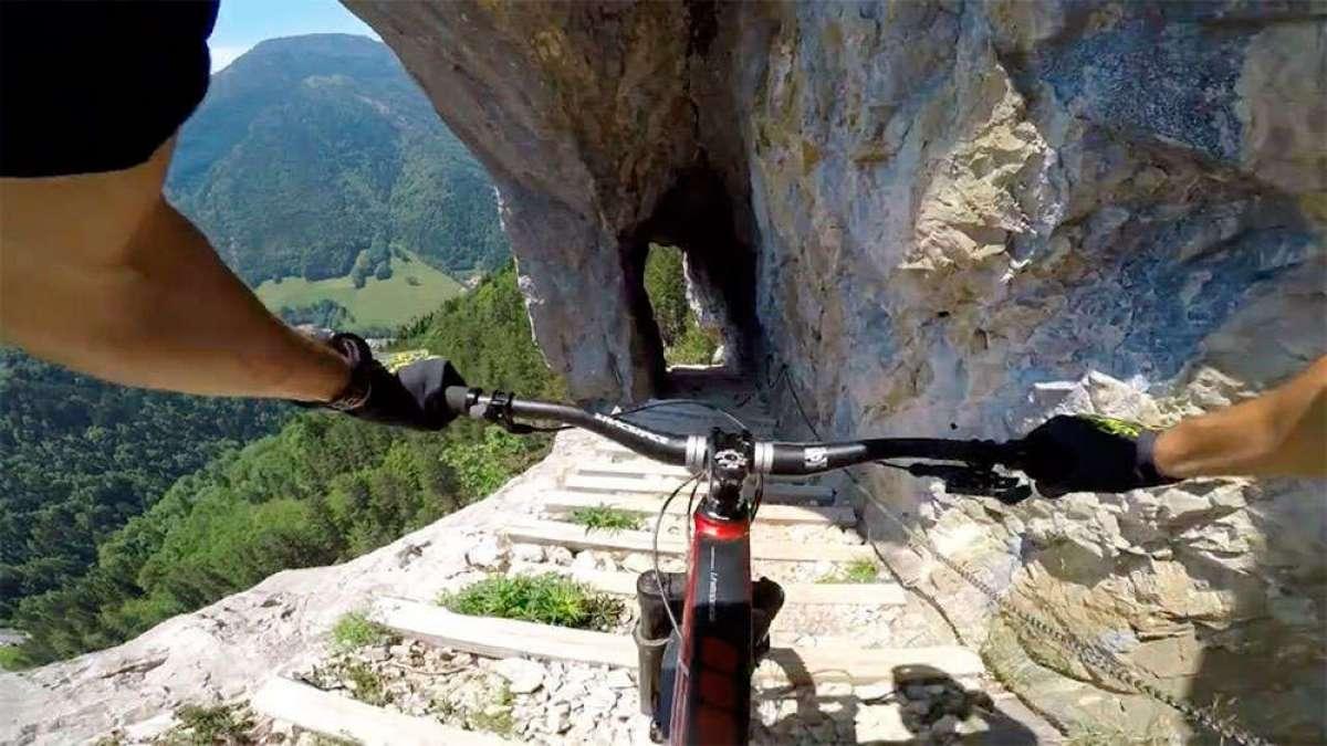 ¿Es posible hacer una vía ferrata con una bicicleta de montaña? Kilian Bron no tiene problemas en ello