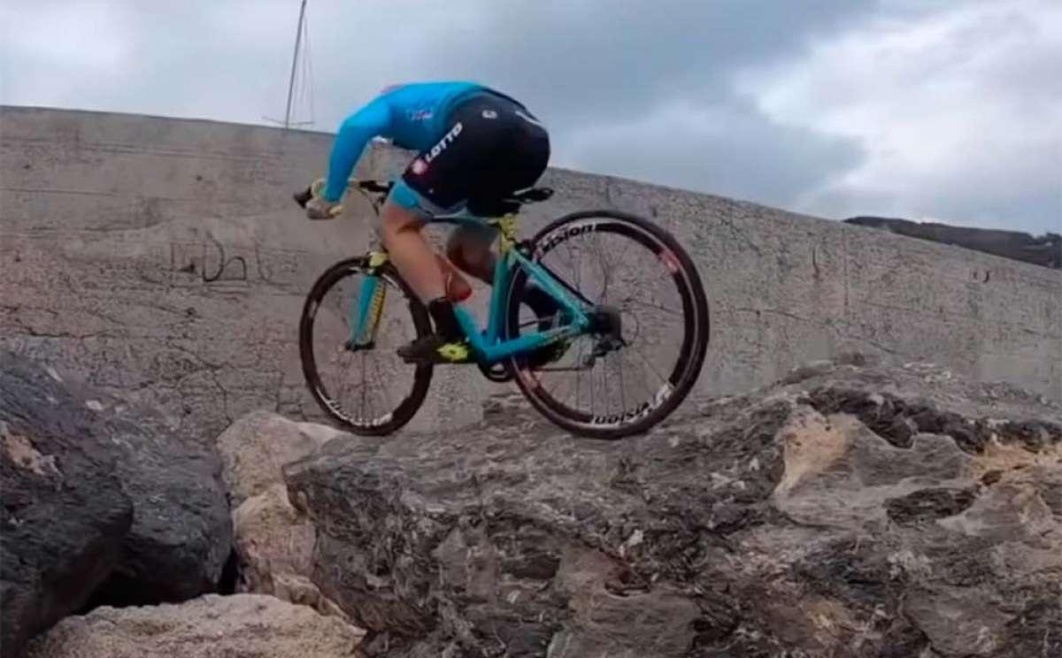 Vittorio Brumotti entrenando sobre su bici de carretera en las rocas de un espigón