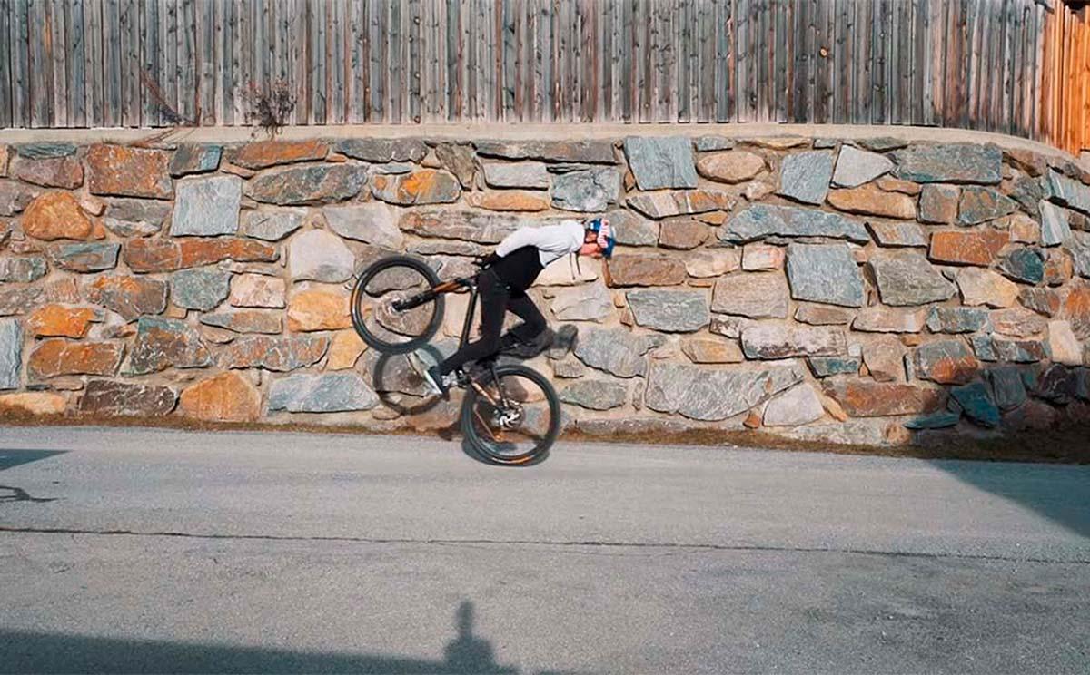 20 trucos sobre la bicicleta con Fabio Wibmer para no aburrirse en invierno