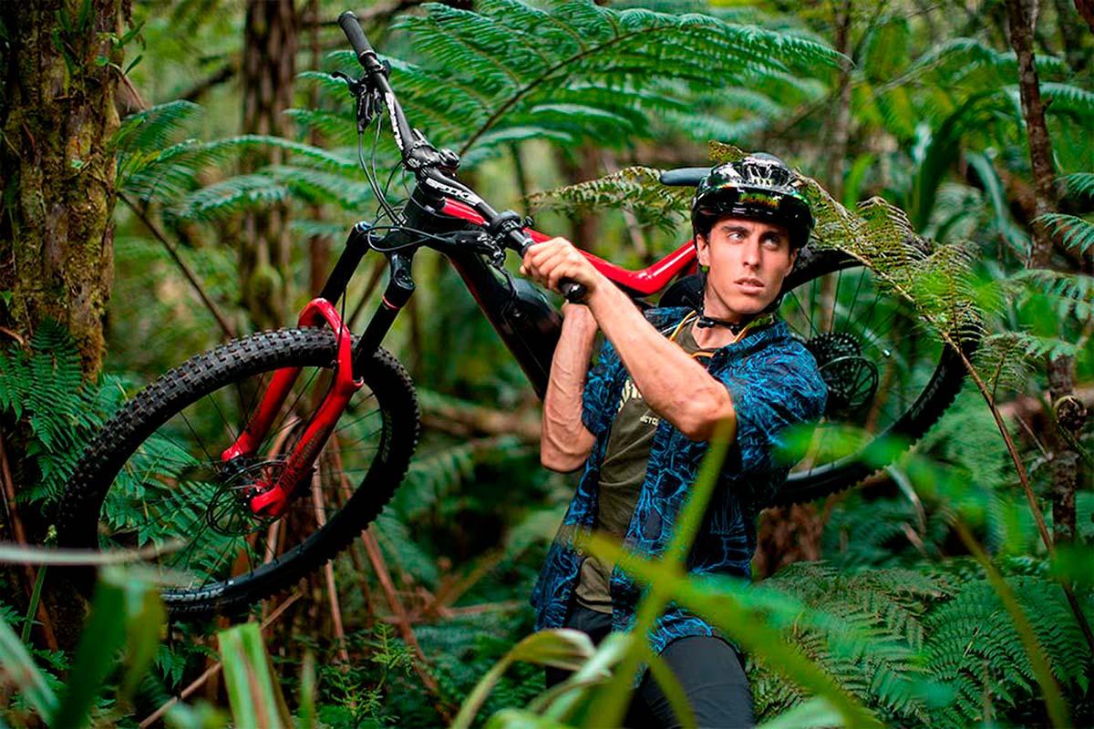 Amaury Pierron sobreviviendo a los peligros de la selva con su Commencal META Power
