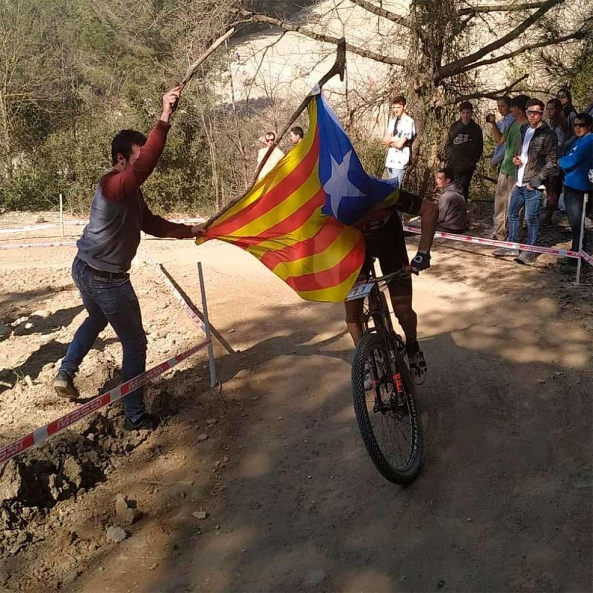 Carlos Coloma se cayó en Banyoles por culpa de una bandera independentista, su mecánico estalla