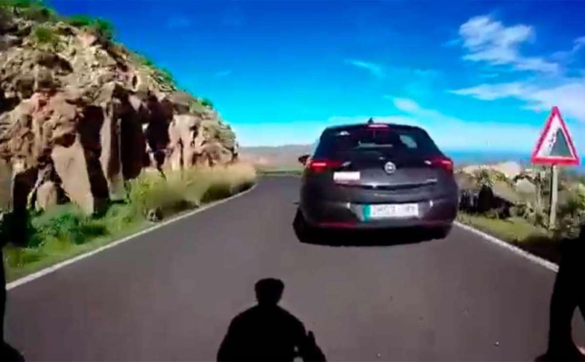 El temerario comportamiento de un ciclista en una carretera de Lanzarote