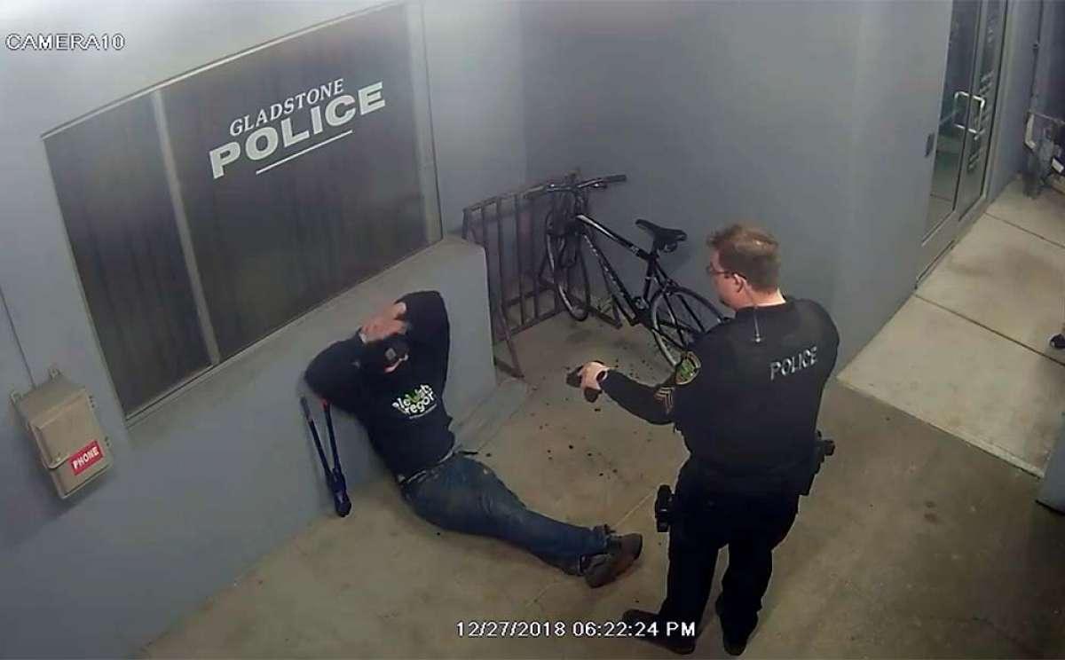 El ladrón más tonto del mundo intentando robar una bici en la puerta de una comisaría
