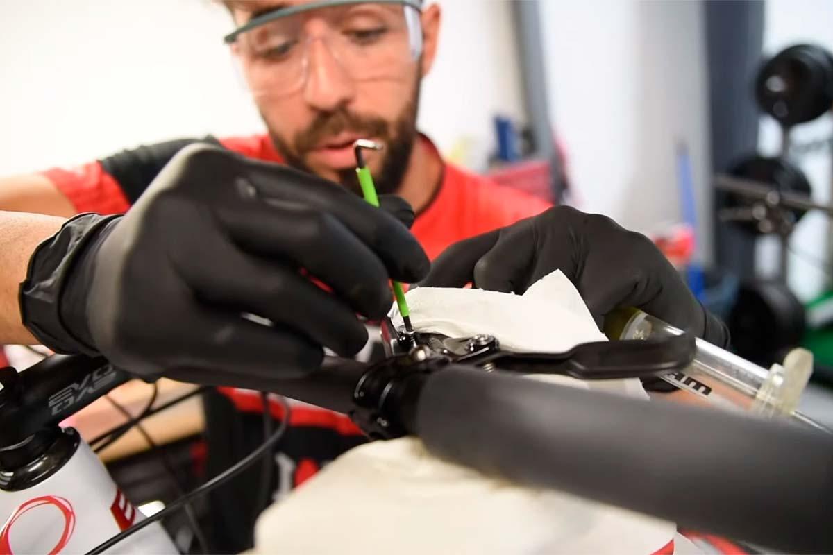 ¿Cómo se hace el mantenimiento y sangrado de los frenos? El mecánico de Carlos Coloma lo explica en este...